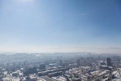 Photo de la partie plus nouvelle de Sarajevo Novo Sarajevo vue d'un point de vue élevé pendant un après-midi froid d'hiver Images libres de droits