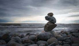 Photo de la pyramide des pierres sur le fond d'océan Photographie stock libre de droits