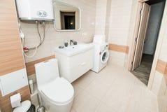 Photo de la salle de bains blanche légère images stock