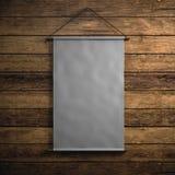 Photo de la toile grise vide de vintage accrochant sur le fond en bois Maquette verticale 3d rendent Image libre de droits