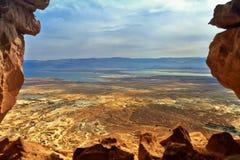 Photo de la vue de la mer morte d'une taille de Masada photographie stock libre de droits