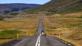 Photo de langue interminable de route avec la nature fabuleuse à l'arrière-plan image stock