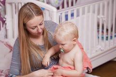 Photo de mère heureuse avec le bébé garçon adorable Photographie stock