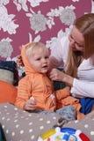 Photo de mère heureuse avec le bébé garçon adorable Images stock