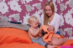 Photo de mère heureuse avec le bébé garçon adorable Photo stock