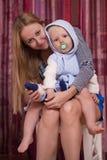 Photo de mère heureuse avec le bébé garçon adorable Image libre de droits