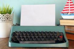Photo de machine à écrire de vintage avec la page vide Photos libres de droits