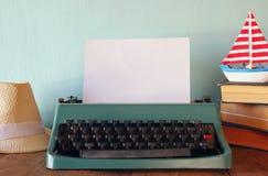 Photo de machine à écrire de vintage avec le blanc Photo libre de droits