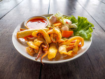 Photo de macro de fruits de mer de calamari frite par sauce chili Photographie stock libre de droits