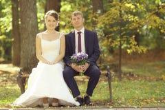 Photo de mariage des jeunes mariés Image stock