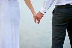Photo de mariage des jeunes mariés tenant des mains Photographie stock