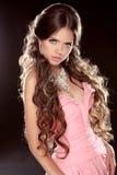 Photo de mode de jeune femme magnifique. Fille sexy posant dans pi image libre de droits