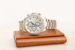 Photo de montre-bracelet et de portefeuille chers photographie stock libre de droits