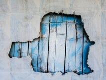 Photo de mur en béton avec le trou et la barrière bleue Image libre de droits