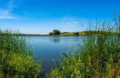 Photo de nature autour de beau lac bleu Image stock