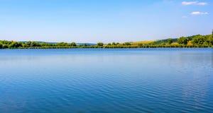 Photo de nature autour de beau lac bleu Photo libre de droits
