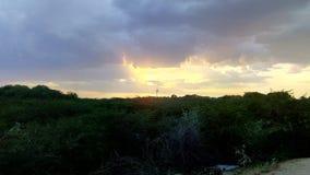 Photo de nature de la soirée merveilleuse avec complètement des nuages Images stock