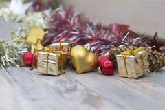 Photo de Noël avec le rouge et les jouets d'or Photographie stock