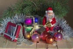 Photo de Noël avec Santa Claus et boules et perles de Noël photos libres de droits