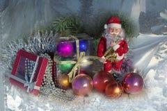 Photo de Noël avec Santa Claus et boules et perles de Noël photographie stock