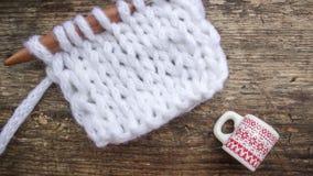 Photo de Noël avec un tissu tricoté et une tasse avec un modèle image stock