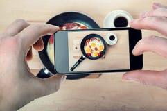 Photo de nourriture sur l'instagram pour le smartphone images stock