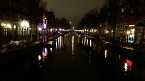 Photo de nuit de la rivière à Amsterdam, Pays-Bas Photographie stock libre de droits