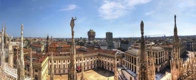 Photo de panorama de HDR des statues de marbre blanches des Di Milan de Duomo de cathédrale sur la place, le paysage urbain de Mi Photos stock