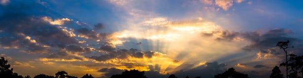 Photo de panorama de la doublure colorée crépusculaire nuageuse de ciel et de ruban, images stock