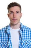 Photo de passeport d'un type dans une chemise vérifiée Photo libre de droits