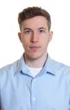 Photo de passeport d'un type frais dans une chemise bleue Images libres de droits