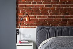Photo de petite chambre à coucher avec le divan et le mur de briques gris images libres de droits