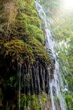 Photo de peu de cascade entrant dans la caverne Photo libre de droits