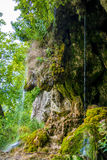 Photo de peu de cascade entrant dans la caverne Photos stock