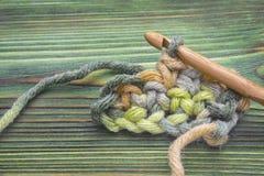 Photo de plan rapproché de chaîne de crochet Fil rustique de crochet et un crochet en bambou Chauffez la boule rose de fil d'hive Images stock
