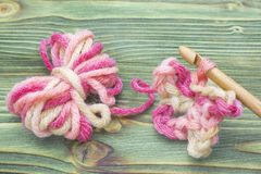 Photo de plan rapproché d'écharpe de crochet Chauffez la boule rose de fil d'hiver pour tricoter et faites du crochet sur la tabl Image libre de droits