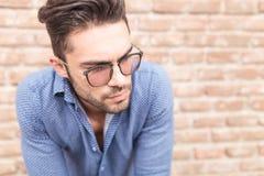 Photo de plan rapproché d'un jeune homme occasionnel avec des verres Image libre de droits