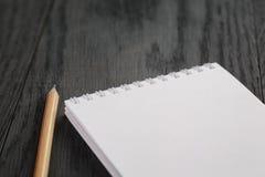 Photo de plan rapproché de bloc-notes vide ouvert avec le crayon Image libre de droits