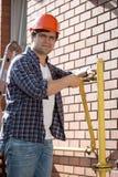 Photo de plan rapproché de technicien installant la climatisation extérieure Image stock