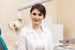 Photo de plan rapproché de dentiste féminin dans la salle dentaire photo stock