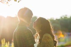 Photo de plan rapproché des couples de baiser romantiques dehors, vue de côté Photographie stock libre de droits