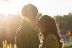 Photo de plan rapproché des couples romantiques dehors, vue de côté Photo libre de droits