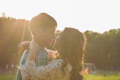 Photo de plan rapproché des couples romantiques dehors, vue de côté Images libres de droits