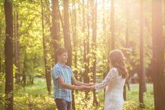 Photo de plan rapproché des couples romantiques dehors, vue de côté Photos libres de droits