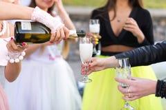 Photo de plan rapproché des filles célébrant une partie de célibataire avec la jeune mariée Photographie stock libre de droits