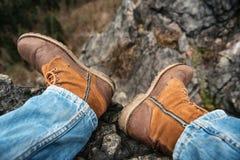 Photo de plan rapproché des jambes de l'homme dans les montagnes Images stock
