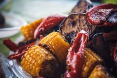 Photo de plan rapproché des légumes grillés - aubergine, maïs et poivrons Images stock