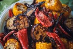 Photo de plan rapproché des légumes grillés - aubergine, maïs et poivrons Image stock