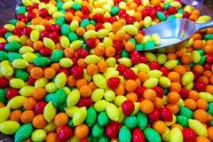 Photo de plan rapproché des sucreries colorées, fruits Image libre de droits