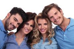 Photo de plan rapproché du sourire occasionnel des quatre jeunes Photos libres de droits